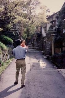 通りを歩くお父さんと子供の写真・画像素材[4696632]