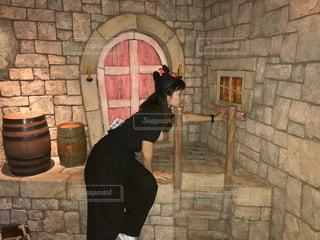れんが造りの建物の前に立っている男の写真・画像素材[851950]