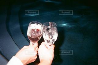 ワインのグラスを持っている人の写真・画像素材[1690199]
