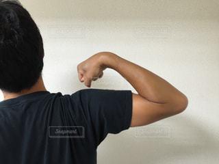 日焼けした上腕の後ろ姿の写真・画像素材[210050]