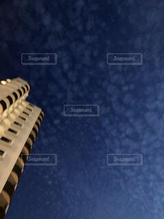 夜のうろこ雲の写真・画像素材[4709807]