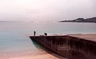 海と釣り人の写真・画像素材[4709231]