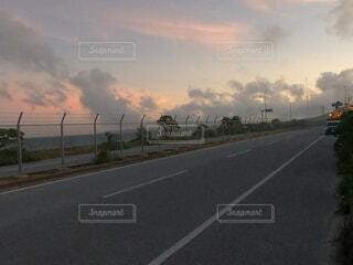 夕焼けと道路の写真・画像素材[4718610]
