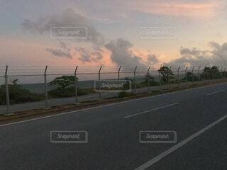 夕焼けと道路の写真・画像素材[4718608]