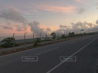 夕焼けの道路の写真・画像素材[4718609]