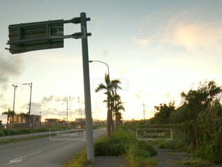 夕焼けの道路の写真・画像素材[4718634]