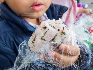 かじったおむすびを持つ子供の写真・画像素材[2901422]