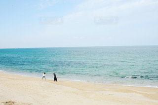 浜辺で海の横にある人々 のグループの写真・画像素材[847035]