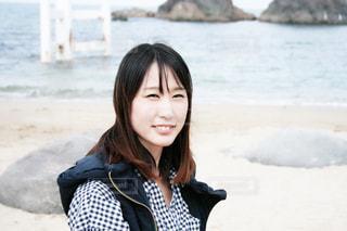ビーチに座っている女性の写真・画像素材[847036]