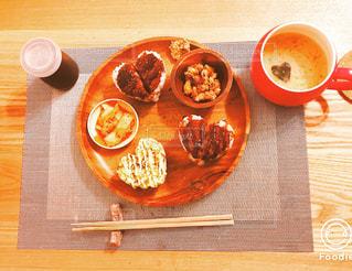 木製のテーブルの上に食べ物のプレート - No.1011280