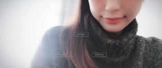 カメラを探している女性の写真・画像素材[1061685]