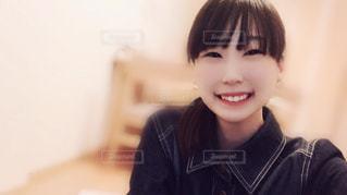 カメラに向かって笑みを浮かべて少女の写真・画像素材[1080352]