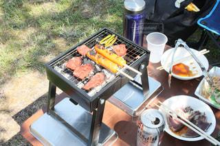 ピクニック用のテーブルの上に食べ物のトレイの写真・画像素材[1180968]
