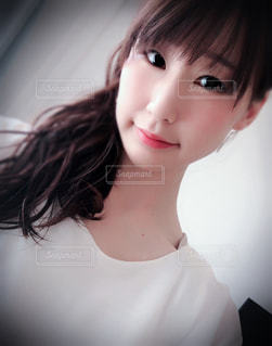 白いシャツを着ている女性の写真・画像素材[1360706]
