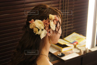 テーブルの上に座っている女性の写真・画像素材[1563769]