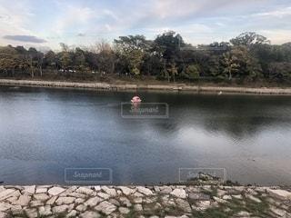 水の体の横に川に沿って浮遊船の写真・画像素材[1643215]