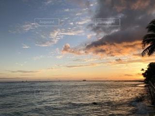 ビーチに沈む夕日の写真・画像素材[1212452]