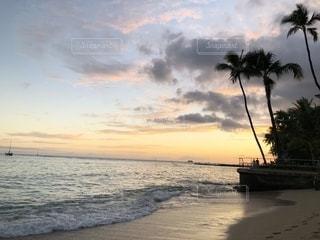 水の体に沈む夕日の写真・画像素材[1212453]