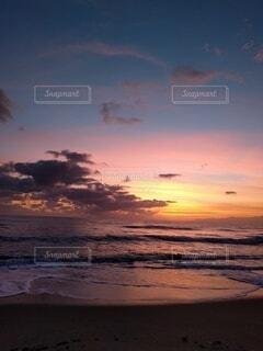 朝焼けの海の写真・画像素材[4716769]