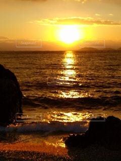 水平線にしずむ夕陽の写真・画像素材[4717177]