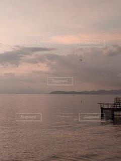 日の出の光を照らす湖面の写真・画像素材[4768904]