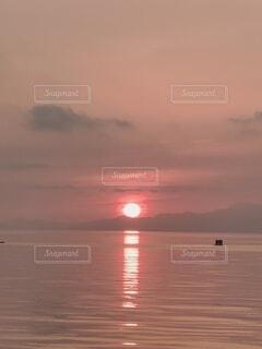 湖を照らす御来光の写真・画像素材[4768908]