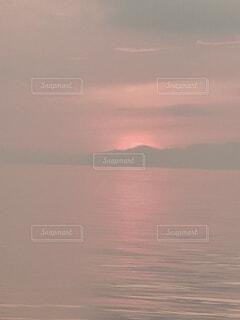 朝霧を照らす朝焼けの写真・画像素材[4768911]