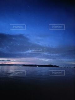 銀河ブルーと朝焼けに染まる湖の写真・画像素材[4768912]