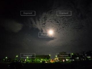 月の光に照らされる街の写真・画像素材[4769830]