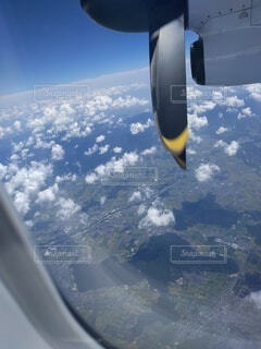 飛行機の窓から地上を見る眺めの写真・画像素材[4773068]