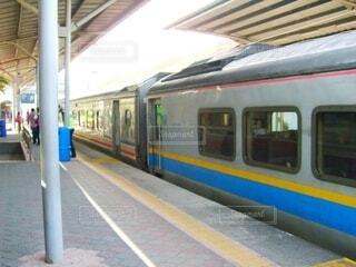 駅に停車している列車の写真・画像素材[4799873]