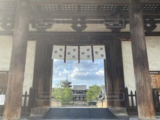 建物の前にある木製のベンチの写真・画像素材[4717239]
