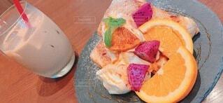 食べ物の皿をテーブルの上に置くの写真・画像素材[4778796]