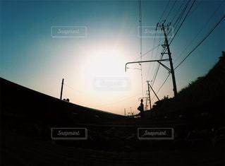 秋の夕日と少女 - No.215130