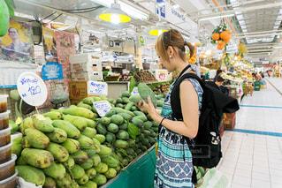見たこともないフルーツと出会うアジアのマーケットの写真・画像素材[215137]
