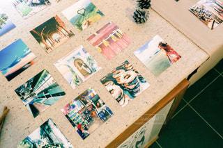 テーブルの上のチラシのスタックの写真・画像素材[757891]