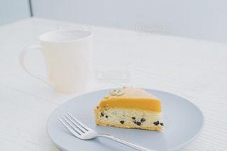 皿の上のケーキの一部 - No.1001123