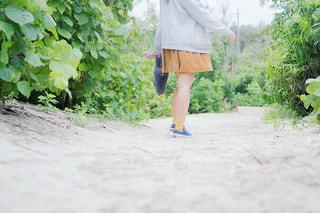 未舗装の道路を歩く人 - No.1022899