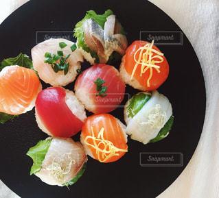 板の上に食べ物のボウル - No.1065674