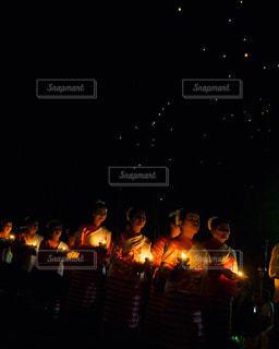 夜に座っている人々 のグループ - No.1065677