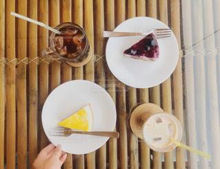 テーブルの上に食べ物のプレート - No.1105656