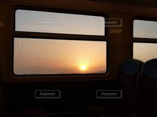 列車の窓から見る夕日の写真・画像素材[4719037]