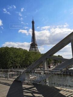 橋の向こうにエッフェル塔の写真・画像素材[4768847]