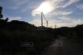 夕暮れにたたずむ風車2の写真・画像素材[4935408]