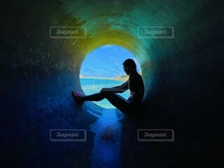 トンネルの先に広がる海の写真・画像素材[4738060]