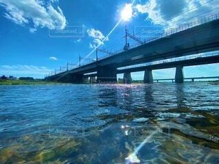 水面からの橋の写真・画像素材[4738069]