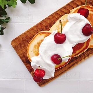 真上から撮ったアメリカンチェリーのパンケーキの写真・画像素材[4738963]