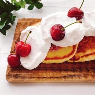 アメリカンチェリーを使ったパンケーキの写真・画像素材[4738964]