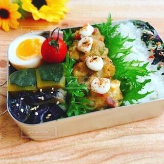 異なる種類の食べ物で満たされた箱の写真・画像素材[4751043]