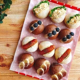 白パンとココアパンでサンドイッチの写真・画像素材[4762607]